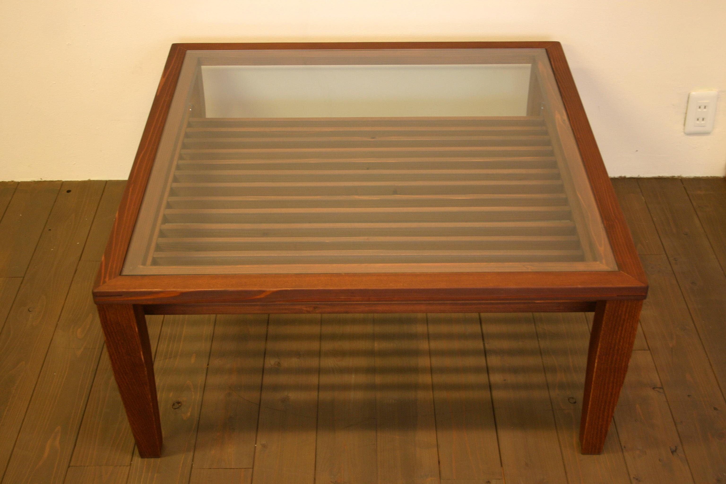 ガラスのスクエアテーブル